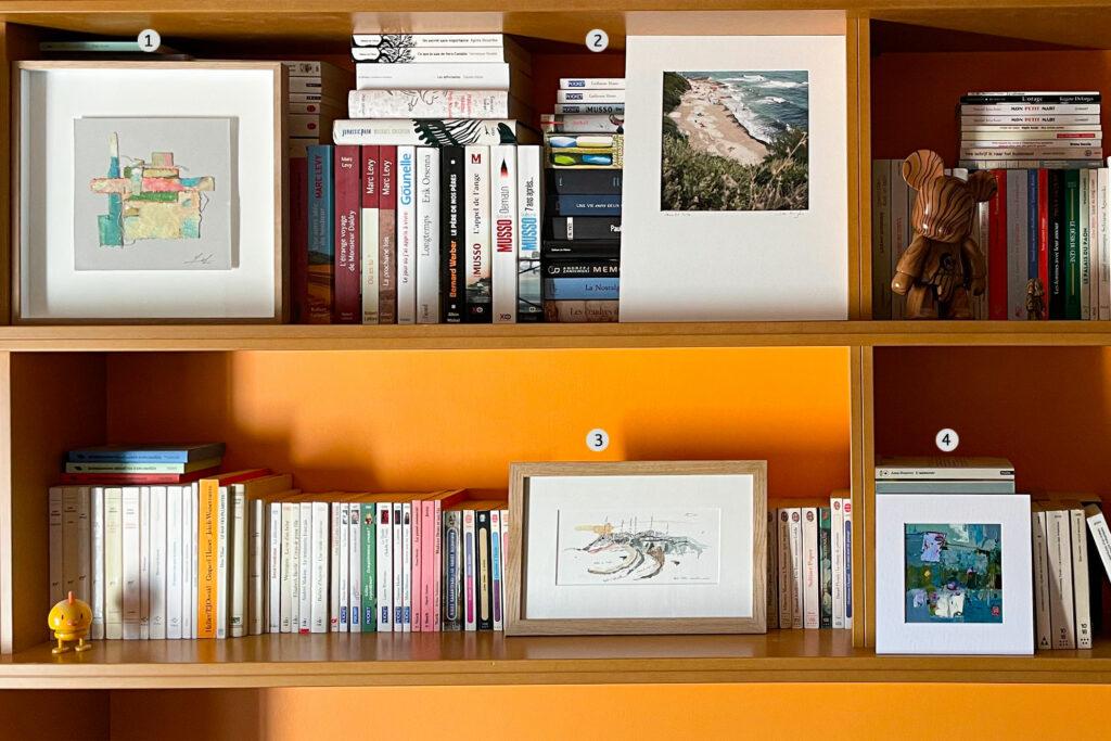 oeuvres d'artistes contemporains dans bibliothèque