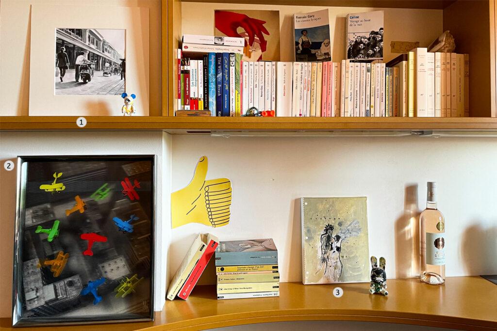 tableaux contemporains dans une bibliothèque