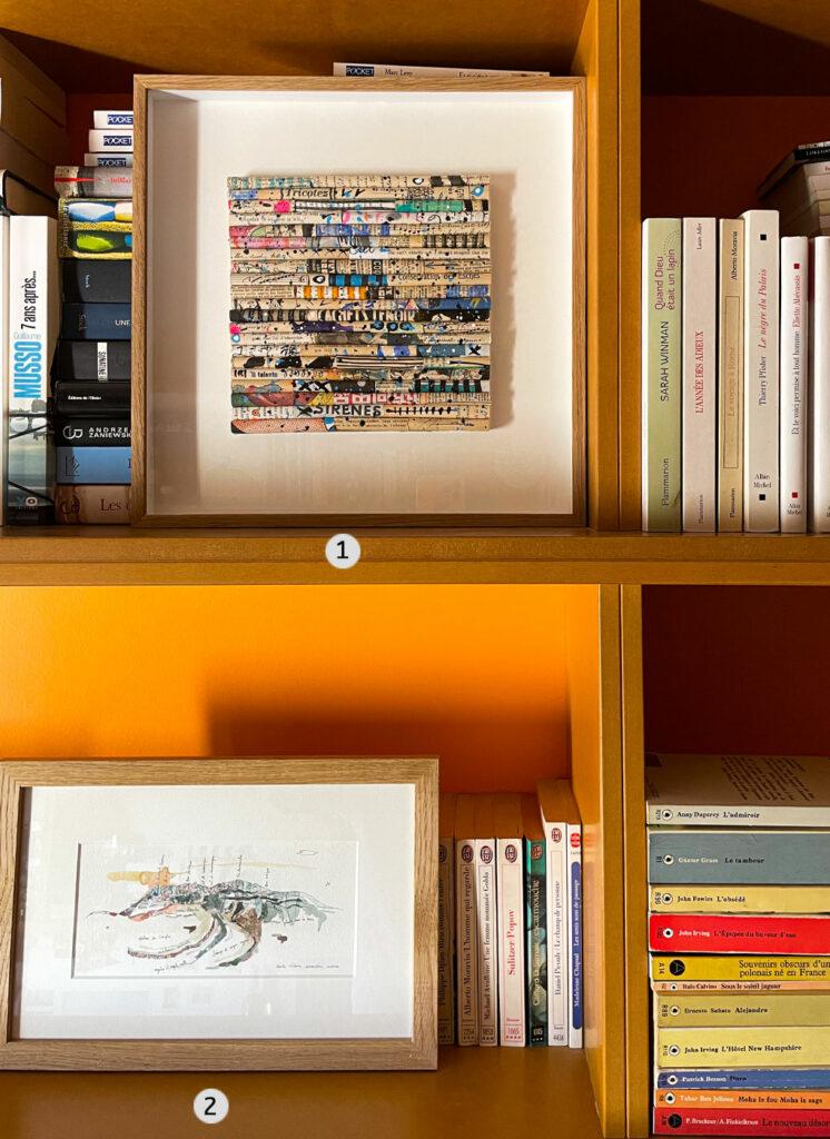 Oeuvres contemporaines dans une bibliothèque