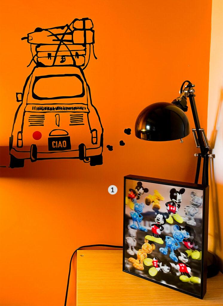 tableau contemporain dans une chambre